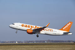 Aeroporto Schiphol de Amsterdão - EasyJet Airbus A320 decola Foto de Stock Royalty Free