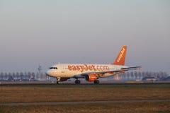 Aeroporto Schiphol de Amsterdão - EasyJet Airbus A320 decola Imagem de Stock Royalty Free