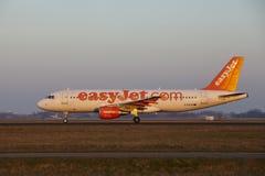 Aeroporto Schiphol de Amsterdão - EasyJet Airbus A320 decola Imagem de Stock