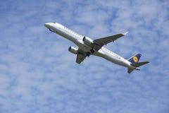 Aeroporto Schiphol de Amsterdão - Embraer ERJ-195 de Lufthansa CityLine decola Imagens de Stock Royalty Free