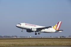 Aeroporto Schiphol de Amsterdão - Germanwings Airbus A319 decola Fotografia de Stock