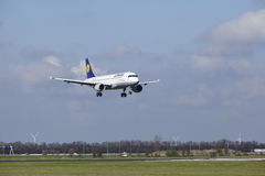 Aeroporto Schiphol de Amsterdão - Lufthansa Airbus A320 aterra Imagens de Stock Royalty Free