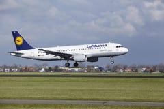 Aeroporto Schiphol de Amsterdão - Lufthansa Airbus A320 aterra Imagem de Stock Royalty Free
