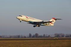 Aeroporto Schiphol de Amsterdão - o Fokker 70 de Austrian Airlines decola fotografia de stock