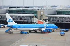 Aeroporto Schiphol de Amsterdão os Países Baixos - 14 de abril de 2018: PH-BXT KLMBoeing 737 Foto de Stock