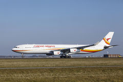 Aeroporto Schiphol de Amsterdão - Surinam Airways Airbus A340 decola Imagem de Stock Royalty Free