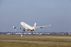 Aeroporto Schiphol de Amsterdão - Surinam Airways Airbus A340 decola Foto de Stock