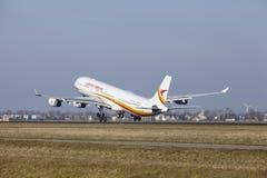 Aeroporto Schiphol de Amsterdão - Surinam Airways Airbus A340 decola Fotos de Stock