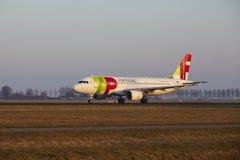 Aeroporto Schiphol de Amsterdão - TAP Portugal Airbus A320 decola Imagem de Stock Royalty Free