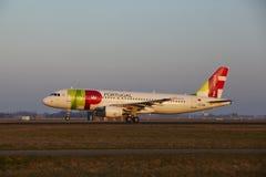 Aeroporto Schiphol de Amsterdão - TAP Portugal Airbus A320 decola Foto de Stock Royalty Free