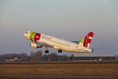Aeroporto Schiphol de Amsterdão - TAP Portugal Airbus A320 decola Fotografia de Stock Royalty Free