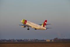 Aeroporto Schiphol de Amsterdão - TAP Portugal Airbus A320 decola Foto de Stock