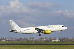 Aeroporto Schiphol de Amsterdão - Vueling Airbus A320 aterra Imagens de Stock Royalty Free