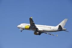 Aeroporto Schiphol de Amsterdão - Vueling Airbus A320 decola Foto de Stock