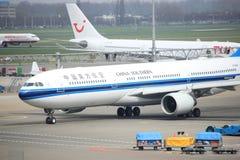Aeroporto Schiphol di Amsterdam i Paesi Bassi - 14 aprile 2018: B-5966 China Southern Airlines fotografie stock