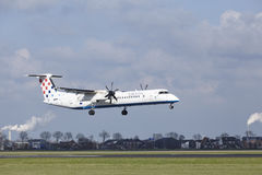 Aeroporto Schiphol di Amsterdam - il un poco 8 del bombardiere di Croatia Airlines atterra immagini stock libere da diritti