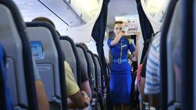 AEROPUERTO BORYSPIL, UCRANIA - 24 DE OCTUBRE DE 2018: Ukraine International Airlines El asistente de vuelo, azafata da almacen de video