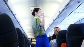 AEROPUERTO BORYSPIL, UCRANIA - 24 DE OCTUBRE DE 2018: Ukraine International Airlines El asistente de vuelo, azafata da metrajes