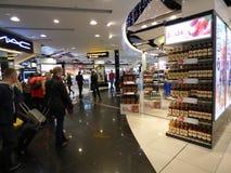 Aeropuerto con franquicia de Gatwick de la Navidad que hace compras Fotografía de archivo libre de regalías
