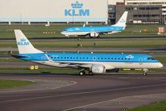 Aeropuerto de Amsterdam de los aeroplanos de las líneas aéreas de KLM Royal Dutch Imagenes de archivo
