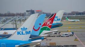 Aeropuerto de Amsterdam, Schiphol KLM Boeing 737 se está moviendo a la pista fotografía de archivo libre de regalías