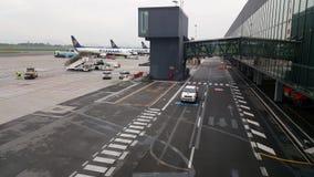 Aeropuerto de Bérgamo - BGY (Orio Al Serio), Italia Ryanair Boeing 737-800 aviones en la pista de despeque metrajes
