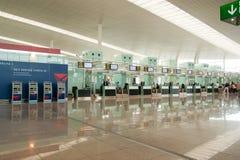Aeropuerto de Barcelona de la cabina del enregistramiento Foto de archivo libre de regalías