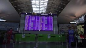 Aeropuerto de Boryspil, Kyiv, Ucrania: Llegadas de observación de la salida del vuelo del horario del pasajero en terminal almacen de video