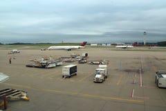 Aeropuerto de Cincinnati, OH con los aeroplanos de la torre y del delta fotografía de archivo