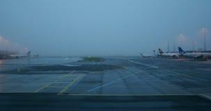 Aeropuerto de Copenhague, Kastrup temprano por la mañana almacen de metraje de vídeo