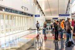 Aeropuerto de DFW - pasajeros en la estación de Skylink Imagenes de archivo