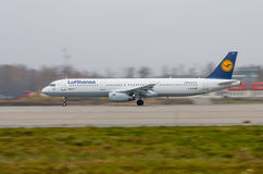 Aeropuerto de Domodedovo, Moscú - 25 de octubre de 2015: Airbus A321-200 D-AIDH de Lufthansa saca Fotos de archivo libres de regalías
