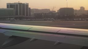Aeropuerto de Dubai International en el vídeo de la cantidad de la acción de la puesta del sol metrajes