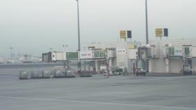 Aeropuerto de Dubai International en el vídeo de la cantidad de la acción de la puesta del sol almacen de video