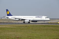 Aeropuerto de Francfort - Airbus A321-200 de Lufthansa saca Fotos de archivo