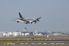 Aeropuerto de Francfort - avión del cargo del cargo de Saudia en acercamiento final Fotografía de archivo