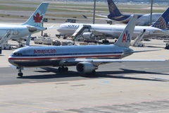 Aviones en el aeropuerto de Francfort fotos de archivo
