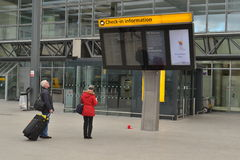 Aeropuerto de Heathrow del tablero de la información del control de los pasajeros Imágenes de archivo libres de regalías