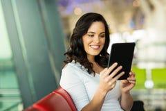 Aeropuerto de la PC de la tableta de la mujer Imagen de archivo libre de regalías