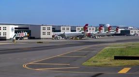 Aeropuerto de Lisboa en Portugal con los aeroplanos del GOLPECITO imagen de archivo