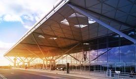 AEROPUERTO DE LONDRES STANDSTED, REINO UNIDO - 23 DE MARZO DE 2014: Edificio del aeropuerto en subida del sol Imagen de archivo libre de regalías