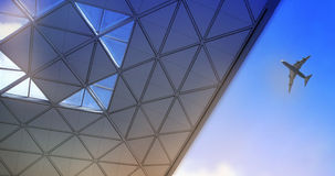 AEROPUERTO DE LONDRES STANDSTED, REINO UNIDO - 23 DE MARZO DE 2014: Tejado y aeroplano del edificio del aeropuerto Imagen de archivo
