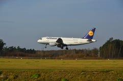 Aeropuerto de Lublin - aterrizaje del avión de Lufthansa Foto de archivo libre de regalías
