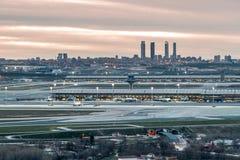 Aeropuerto de Madrid-Barajas durante puesta del sol Foto de archivo libre de regalías