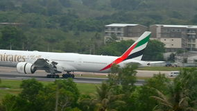 Aeropuerto de Phuket del aterrizaje de aeroplano en la lluvia metrajes