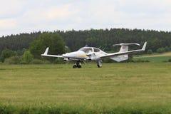 Aeropuerto de Pribram, República Checa - 28 de mayo de 2010 Estrella del gemelo del NG Turbo del diamante DA-42 Fotos de archivo libres de regalías