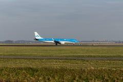 Aeropuerto de Schiphol, Holanda Septentrional/los Países Bajos - 16 de febrero de 2019: KLM Cityhopper Embraer ERJ-190 PH-EXF imagen de archivo libre de regalías