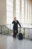 Aeropuerto de Using Cellphone In del hombre de negocios imagen de archivo libre de regalías