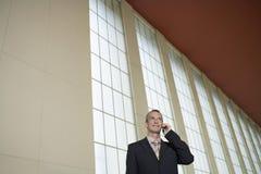 Aeropuerto de Using Cellphone In del hombre de negocios imágenes de archivo libres de regalías