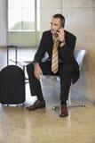 Aeropuerto de Using Cellphone In del hombre de negocios fotos de archivo